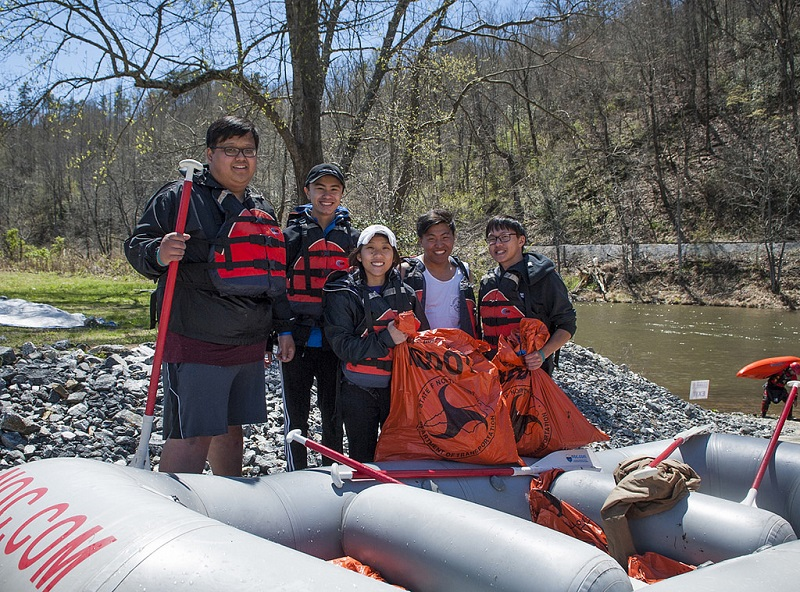 students at tuck river cleanup